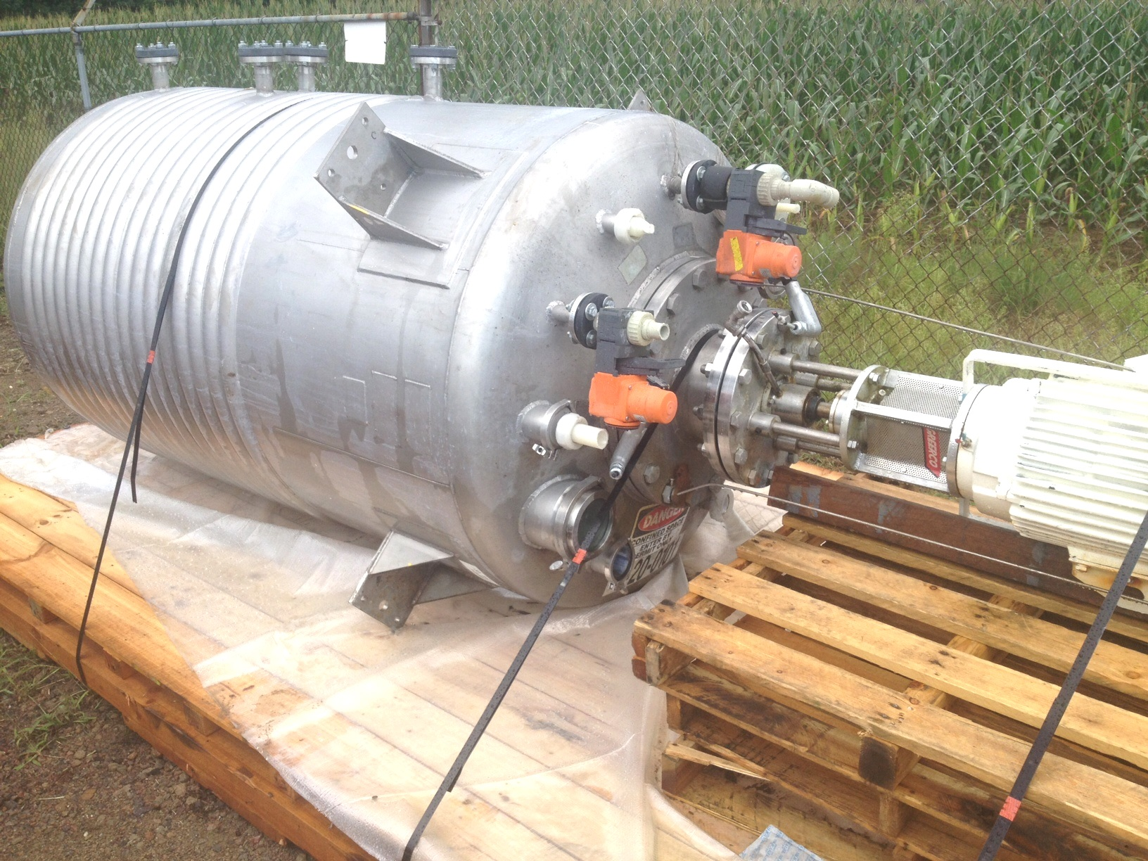 (2) EACH, 600 Gallon LEE 316L Stainless Reactor / Kettle with 1/2 Pipe jacket and High Shear Greerco Homogenizer / Disperser. Polished Internal. Rated 15/FV @ 100 Deg.F. Internal. Jacket rated 100 PSI @ 338 Deg.F. Has Greerco model 4HRFM 96,  15 HP, 230/460 volt, 3525 RPM High Shear Mixer / Disperser. 2.5