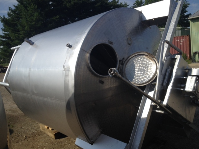 2500 Gallon Stainless Steel Tanks With A Top Mounted