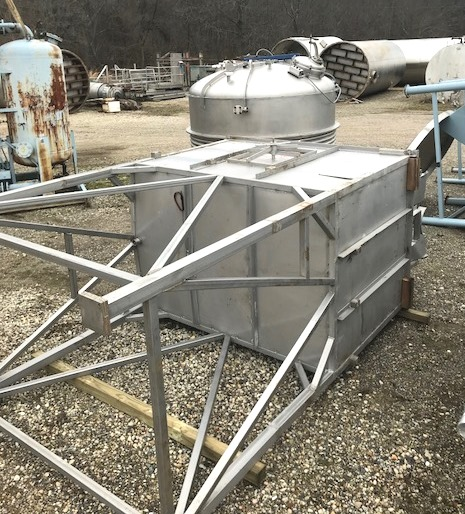 used 1300 Gallon Stainless Steel rectangular tank. Tank is 5' x 5' x 7'3