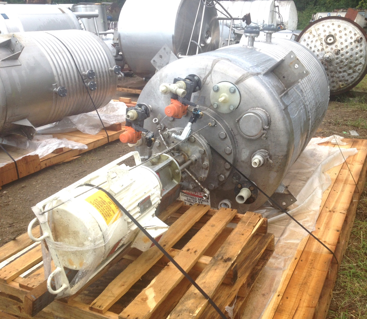 (2) EACH, 600 Gallon LEE 316L Stainless Reactor / Kettle with 1/2 Pipe jacket and High Speed Greerco Disperser. Polished internal Rated 15/FV @ 100 Deg.F. Internal and 100 PSI @ 338 Deg.F on Jacket. Has Greerco model 4HRFM 96,  15 HP, 230/460 volt, 3525 RPM Disperser. 2.5