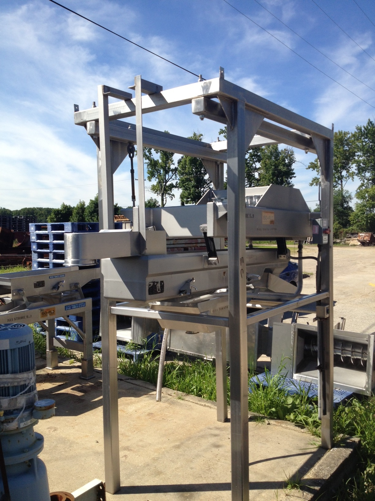 Key Iso-Flo Vibratory Conveyor, Vibrating Shaker/Feeder. Suspended in frame. Conveyor is 1' wide x 6' Lgth. Has dewatering screen and pan feeder. Approx. 8'4